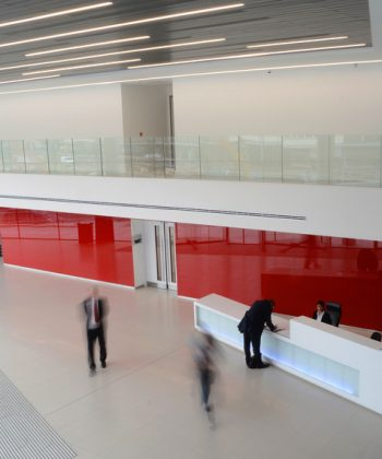 Krāsotā stikla sienu apdares paneļi (dušas telpās, interjerā)